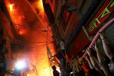 Liekit. Tulipalo raivosi kemikaalivarastossa Bangladeshin pääkaupungissa Dhakassa. Palossa kuoli ainakin 67 ihmistä ja kymmeniä loukkaantui.