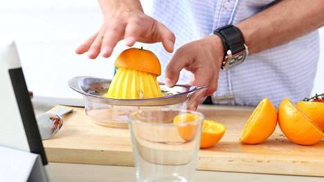 Muisti ja ajattelutoiminnot olivat hyvässä kunnossa todennäköisimmin niillä tutkimuksen osallistujilla, jotka söivät säännöllisesti kasviksia ja hedelmiä tai joivat appelsiinimehua päivittäin.