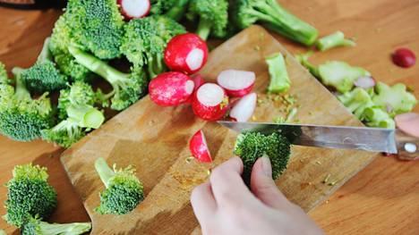 Maltillinen liikunta ja terveellinen ruokavalio ovat avainasemassa, jos kesällä on tullut herkuteltua.