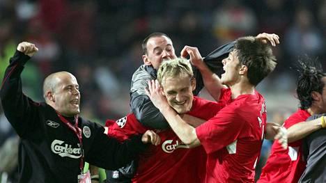 Sami Hyypiä (kesk.) sai ympärilleen Liverpoolin kannattajia Istanbulin ihmeeksi nimetyn finaaliottelun jälkeen.