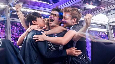 """Jesse """"JerAx"""" Vainikka (oikealla) halaamassa joukkuetovereita Sébastien """"Ceb"""" Debsiä (keskellä) ja Anathan """"ana"""" Phamia."""