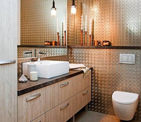 Kylpyhuoneessa on rouhean kodikasta. Kaapistot Topi-keittiöt.