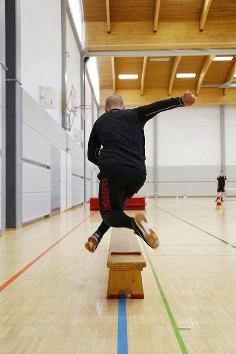 Moni hakija haluaa harjoitella ristiaskeljuoksua vielä hetkeä ennen testisuoritusta. Kuvassa Jonne Laurilan tyylinäyte.