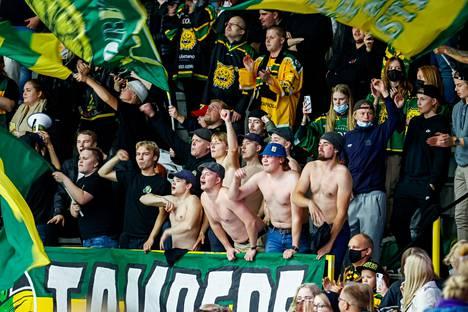 Kansa karkeloi Ilveksen ja Tapparan paikallisottelussa.
