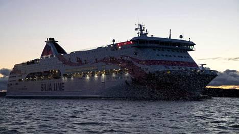 Tallink Siljan Baltic Princess puskee laivaväylää Turun saaristossa.