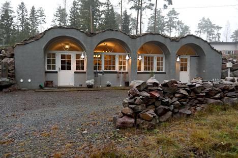 Näyttäisi, kuin talossa olisi neljä hobitin asuntoa, mutta todellisuudessa siinä on makuuhuone, olohuone, avokeittiö, sauna ja kylmäkellari.