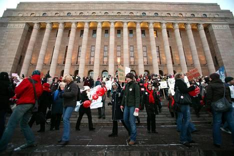 Tehyn mielenosoitus eduskuntatalon edustalla.