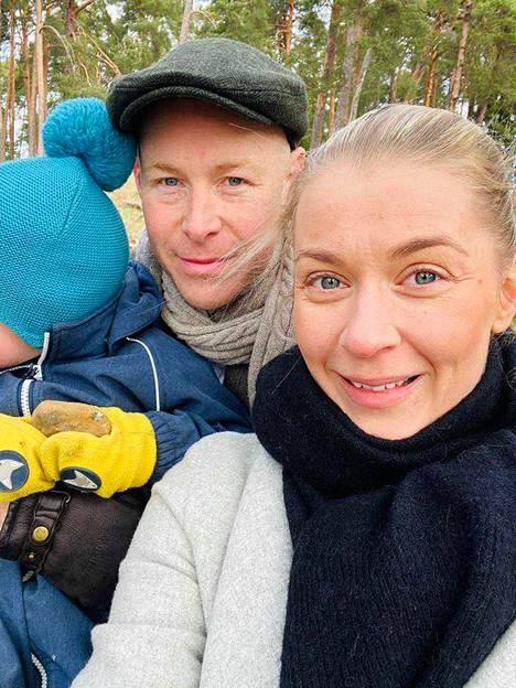 Monika Lindemanin käytös muuttui heti, kun pariskunta muutti Suomeen.