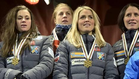 Heidi Weng, Astrid Uhrenholdt Jacobsen, Therese Johaug ja Marit Björgen hiihtivät Norjalle MM-viestikultaa. Naisten kuudesta kisamatkasta viisi päättyi norjalaisjuhliin.