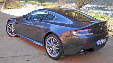 """Luksusautojen verokohtelu – miten se oikein menee? """"Hallituksen parhaillaan kaavailema kunnianhimoinen energia- ja ilmastostrategia ja moneen kertaan paikattu autoveromalli pelaavat vastakkaisissa päädyissä"""", sanoo Leasingyhtiö Secto Automotiven toimitusjohtaja Ville Alanen. (Kuvassa Aston Martin V8 Vantage S)"""