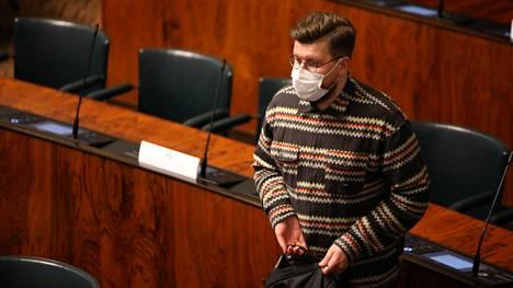 Perussuomalaisten Sebastian Tynkkynenkin totesi yöllä, että keskustelussa on äänessä enää perussuomalaisia.