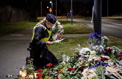 Ruotsissa järjestettiin torstaina kansallinen minuutin hiljainen hetki ampumisessa kuolleen poliisin muistolle. Perjantain vastaisena yönä poliisit muistivat kollegaansa ampumispaikalla.