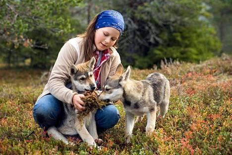 Salla (Tiia Talvisara) pelastaa kaksi sudenpentua salametsästäjien käsistä.