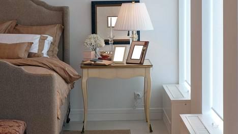 Pienestä makuuhuoneesta kannattaa tehdä mahdollisimman valoisa.