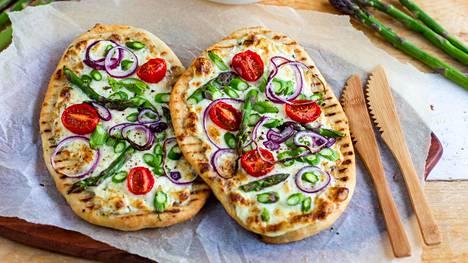 Nämä pizzat paistetaan pannulla. Täytteenä voi käyttää esimerkiksi tankoparsaa.
