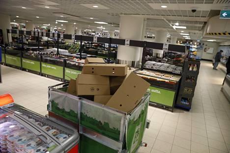 Tältä näytti tilanne Helsingin Kallion Lidlissä hieman ennen kello yhdeksää aamulla: kaikki hittilenkkareita sisältäneet laatikot olivat tyhjentyneet.