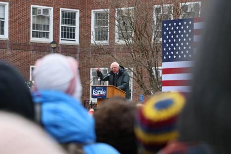 Bernie Sanders astui yleisön eteen ensimmäisessä vaalitilaisuudessaan.