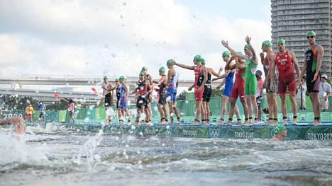 Osa triathlonisteista hyppäsi altaaseen samalla kun vene blokkasi toisten reitin.