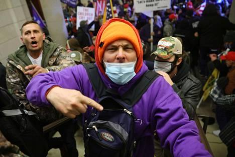 Vihaiset mielenosoittajat valtasivat kongressirakennuksen.