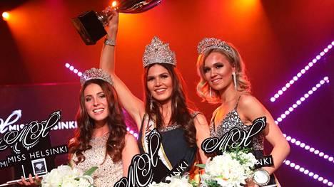 Nina Kallio tuuletti voittoaan perintöprinsessojensa keskellä. Kuvassa oikealla 1. perintöprinsessa Eeva Järvinen ja vasemmalla 2. perintöprinsesa Alicia Bärlund.