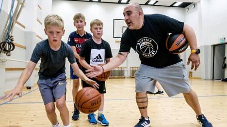 Pablo Pérez vetää koripalloharjoituksia 10–11-vuotiaille pojille Alppilan kirkon liikuntasalissa.