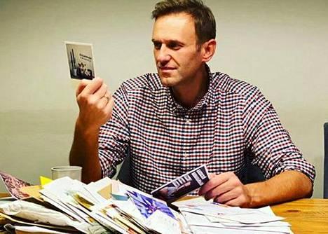 Aleksei Navalnyi lukee saamiaan tukikirjeitä kuvassa, joka julkaistiin hänen Instagram-tilillään viime sunnuntaina.