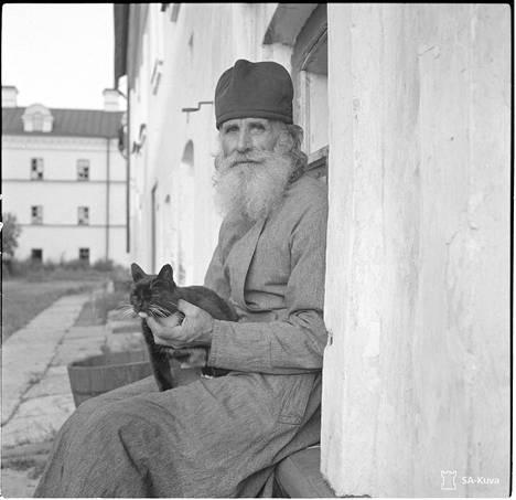 Munkki Irakl istuu kammionsa akkunalaudalla, luostarin 9-vuotias kissa Zigan on hänen sylissään. Valamo 1942.09.15
