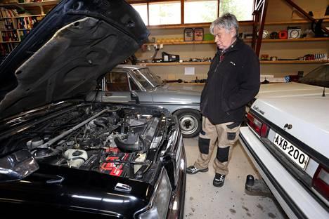 Hietala on huoltanut autonsa itse. Autotekniikan eräänä keskeisenä muutoksena hän pitää kaasuttimien korvautumista polttoaineen suihkutuksella.