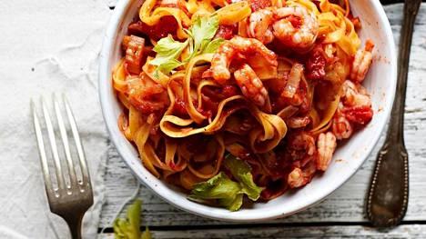 Selleriä, tomaattia ja worcesterkastiketta. Tämä katkarapupasta maistuu erityisesti sille, joka tilaa baaritiskiltä mieluiten Bloody Maryn.