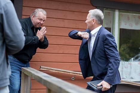 Ministerin matka vei Vuohijärven rannalle paikallisen MTK:n viljelijätapaamiseen. Leppä toi tilaisuuteen tuulahduksen Brysselistä esittelemällä EU-neuvottelutulosta ja korona-ajan kyynärtervehdystä.