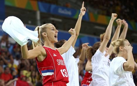 Dabovic (vas.) ja muu Serbian joukkue tuulettaa, kun Rion olympialaisten pronssiottelussa kaatui Ranska.