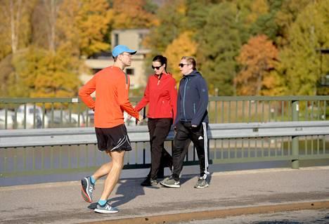 Ulkoilijoita lämpimässä syyssäässä Mustikkamaan sillalla, Helsingissä, 14. lokakuuta 2018.