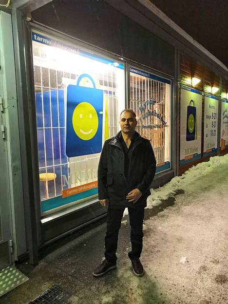 Kauppias Mustafa Kosar kauppansa edustalla voittoiltana.