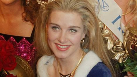 Tarja Smura kruunattiin Miss Suomeksi helmikuussa 1993. Emilia Söderman (oik.) sai 1. ja Arlene Kotala 2. perintöprinsessan kruunun.