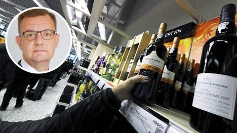 Juha Jolkkonen arvioi, että alkoholin myynnin lopettaminen olisi tehokkain keino vähentää koronakriisin seurannaisvaikutuksia.