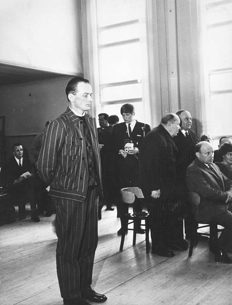 Surmatessaan neljä poliisia sekatyömies Tauno Pasanen oli 34-vuotias. Kuvassa Pasanen oikeuden edessä Pihtiputaalla huhtikuussa 1969.