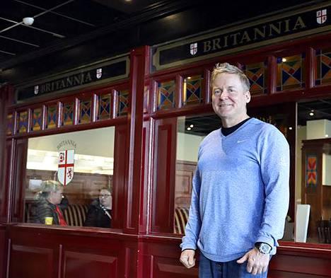 Useita ravintoloita ja baareja Espoossa ja Helsingissä omistava Petri Naumanen katsoo uusien rajoitusten asettavan ravintolat pahempaan tilanteeseen kuin milloinkaan aiemmin epidemia-aikana