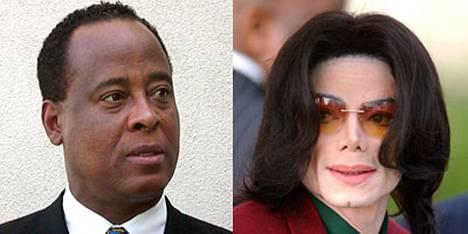 Michael Jacksonin (oik.) henkilääkärin Conrad Murrayn (vas.) uskotaan joutuvan tänään syytteeseen poptähden kuolemasta.