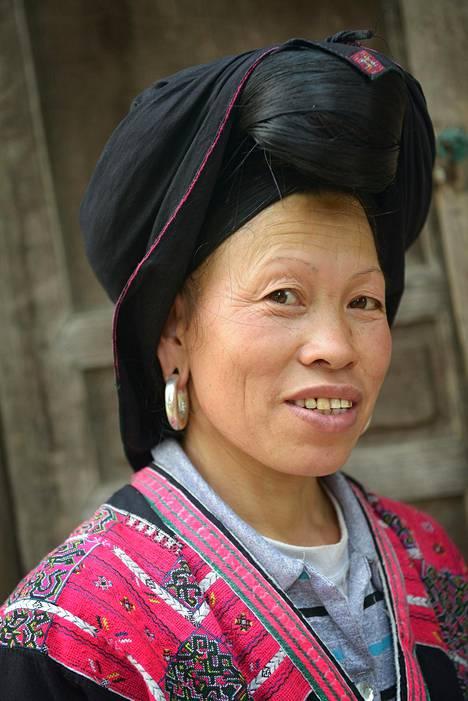 Longjin seudulla asuu vähemmistökansoja. Yao-heimon asukkaat pukeutuvat yhä kauniisiin perinneasuihinsa.