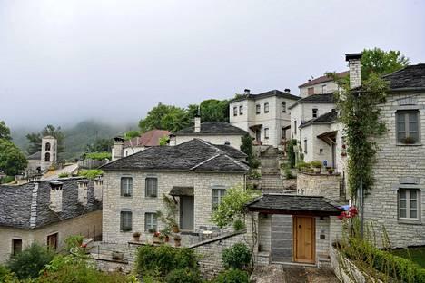 Kreikan saarien valkosinistä tyyliä ei näe pohjoisen Zagorissa. Talot ovat kalkkikiveä.