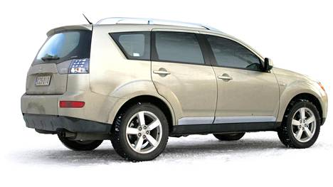 Kuvan kaltaisesta Mitsubishi Outlanderista syntyi riita kaupan jälkeen.