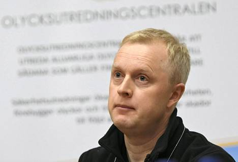 Onnettomuustutkintakeskuksen johtava tutkija Kai Valonen avasi onnettomuuden syitä tiedotustilaisuudessa perjantaina.