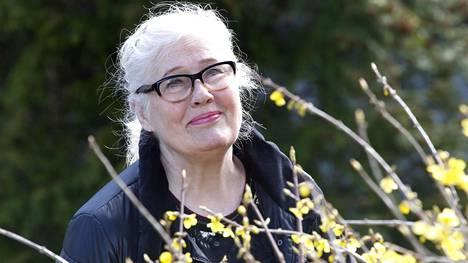 Näyttelijä Maija-Liisa Peuhun päivät ovat täyttyneet pitkistä kävelylenkeistä, kaappien siivouksesta ja ruuanlaitosta.