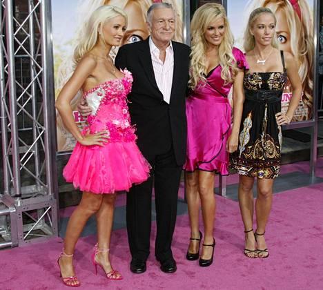 Mukana pitkäaikaiset tyttöystävät Holly Madison, Bridget Marquardt sekä Kendra Wilkinson. Kuva vuodelta 2008.
