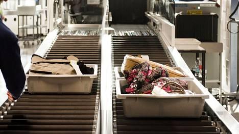 """Yksi esine on Helsinki-Vantaan turvatarkastajien murheenkryyni: """"Tällä hetkellä joka matkustajalla"""""""