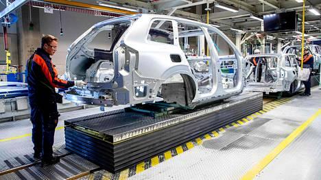 Autonvalmistaja Volvo ilmoitti keskiviikkona vähentävänsä Ruotsista 1300 työpaikkaa. Kuva on yhtiön tehtaalta Göteborgista.