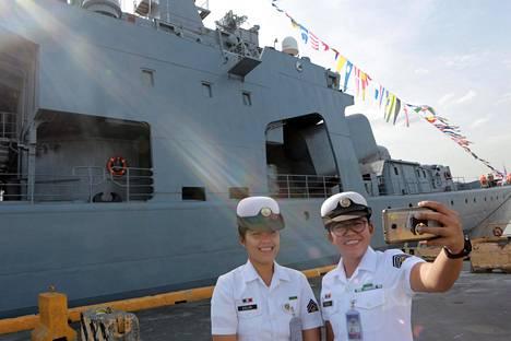 Filippiinien laivaston jäsenet innostuivat ottamaan selfieitä Admiral Tributsin edustalla.