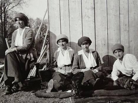Tämä on yksi viimeisimmistä kuvista, joka perheestä on otettu. Tsaariperheen tyttäret vankeina keväällä 1917: Maria (vas.), Olga, Anastasia ja Tatjana.