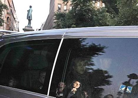 Madonna saapui lastensa kanssa hotelli Kämpiin.