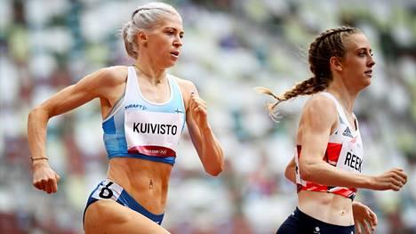 Sara Kuivisto (vas.) paineli lauantain välieriin juoksemalla uuden Suomen ennätyksen perjantaina 800 metrin alkuerissä.